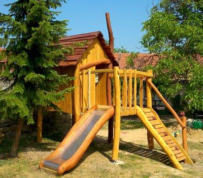 Dětský akátový domeček se skluzavkou
